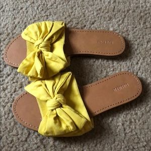 Cotton material yellow bow sandals